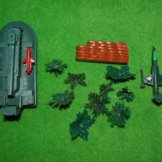 Lot figurine jucarii plastic, vapor de armata, avion si decor de lupta,