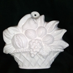 Obiect decorativ de perete din teracota portelanata reprezentand un cosulet cu fructe