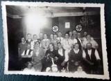 FOTOGRAFIE GERMANIA NAZISTA 1 MILITAR, DRAPELE ZVASTICA IN FUNDAL, 12 x 9 cm **