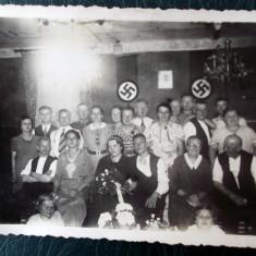 FOTOGRAFIE GERMANIA NAZISTA 1 MILITAR, DRAPELE ZVASTICA IN FUNDAL, 12 x 9 cm ** - Fotografie veche