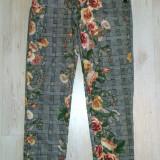 Pantaloni fashion cu detalii inflorate / marimea S - Pantaloni dama, Marime: S, Culoare: Din imagine