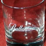 Două pahare whiskey Ballantine's