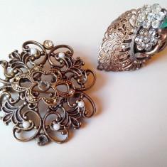 Brose si inel vechi din bronz cu pietre.