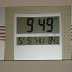 Ceas pentru camera cu calendar si indicator temperatura