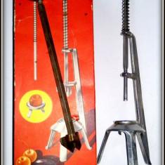 Dispozitiv vintage pentru scos samburii din fructe, fabricat in Germania
