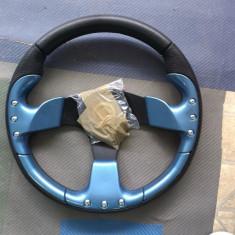 volan sport de culoare albastru deschis cu claxon pe mijloc