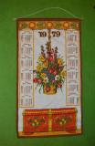 Calendar perete, panza material textil, 1979, 66x36 cm, motiv etno german flori