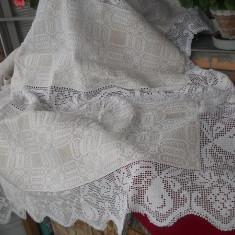 Cuvertura (macat) tesuta in casa, dantela manuala