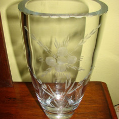Impresionanta vaza din cristal gravata cu motive florale, anii 1950 - Vaza sticla
