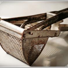 STRECURĂTOR ROMÂNESC PT. FRUCTE ȘI LEGUME FĂCUT DIN TABLĂ, VECHI DAR FUNCȚIONAL! - Metal/Fonta, Scule si unelte