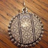 Pandantiv cusaturi romanesti, baza argintie, cabochon sticla imprimat la baza