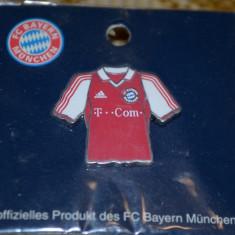 INSIGNA BAYERN MUNCHEN IN FORMA DE TRICOU 2003-2004 - Insigna fotbal