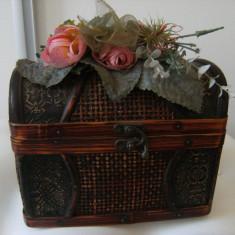 Lada de bijuterii in forma de lada de zestre, lucrata, din lemn, pe capac areflori - Cutie Bijuterii