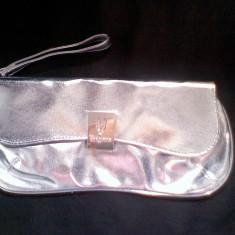 Geanta plic UNGARO poseta ocazie argintie metalizata pt nunta botez, noua - Geanta Dama Zara, Culoare: Argintiu, Marime: Marime universala, Asemanator piele