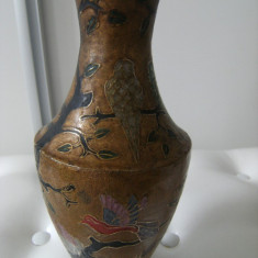 Frumoasa vaza, veche din alama aurita marcata, made in India, emailata,de decor.