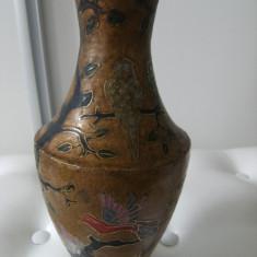 Frumoasa vaza, veche din alama aurita marcata, made in India, emailata, de decor. - Arta din Asia