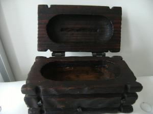 Lada de bijuterii din lemn masiv si alama, veche, lucrata manual, de colectie.