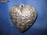 BIJUTERII-PANDATIVE VINTAGE. Pandantiv vechi in metal argintat  forma inimioara.