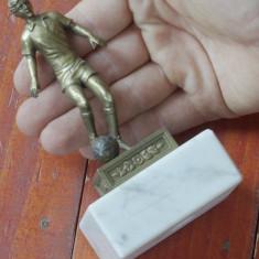 Statueta din metal tematica sportiva cu suport din marmura Fotbalist cu minge ! - Metal/Fonta, Statuete