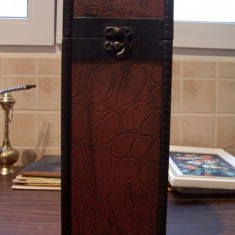 Cutie pentru sticle, din lemn, imbracata in imitatie de piele