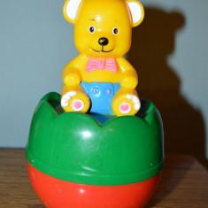 Jucarie Hopa mitica cu ursulet galben pe bila mare rosie cu verde, cu sunete - Jucarie zornaitoare