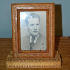 Fotografie veche portret barbat in rama de lemn incrustat, colectie