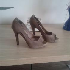 Pantofi peep-toe