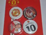 4 insigne fotbal MANCHESTER UNITED (o folie cu 4 insigne)..Rooney
