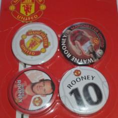 4 insigne fotbal MANCHESTER UNITED (o folie cu 4 insigne)..Rooney - Insigna fotbal