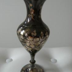 Superba vaza din alama emailata, motive florale, made in India, de colectie.