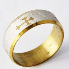 Inel cu cruce imprimata, placat cu aur galben si alb 18K + cutie cadou; marime 9
