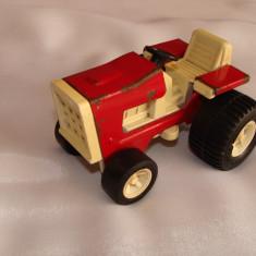Jucarie veche tractoras
