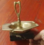 Scrumiera veche din bronz pe suport de marmura neagra / model deosebit !!!