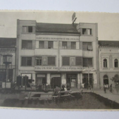 RARA! FOTO DEVA 1946 CLADIRE CU SLOGANURI ELECTORALE: VOTATI SOARELE SI F.D.P. - Fotografie, Alb-Negru, Cladiri, Romania 1900 - 1950