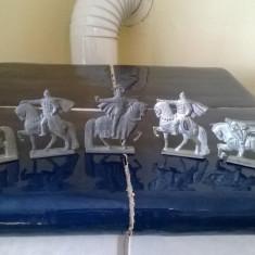 COLECTIE FOARTE VECHE DE FIGURINE DIN PLUMB FORMA STATUARA CAVALERI MEDIEVALI - Miniatura Figurina