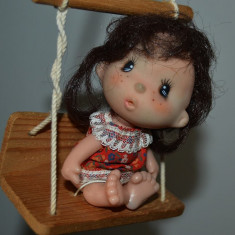Jucarie papusa, papusica dulcica, pe balansoar cap cauciuc, corp de plastic, 11cm