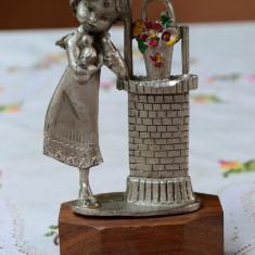 VECHI OBIECT DECORATIV /STATUETA DIN COSITOR, PELTRO, FETITA - Metal/Fonta, Statuete