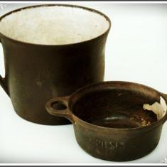 CANĂ ȘI CRĂTICIOARĂ MICĂ - PILSEN 1/8, TURNATE DIN FONTĂ SMĂLȚUITĂ, VECHI, 1900! - Metal/Fonta, Vase