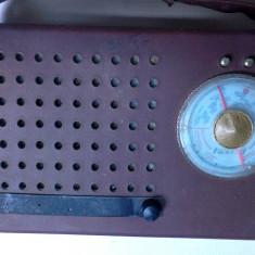 Un radio vechi electronica de colectie vintage anii 60 Turist functional - Aparat radio