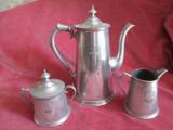 Set antic de ceai din cositor, Ceainic vechi, zaharnita si letiera, gravate