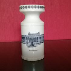 VAZA DIN PORTELAN DE WALLENDORF CU DECOR MUZEUL DIN BERLIN DIN PERIOADA 1960