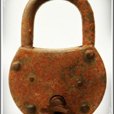 LACĂT CU CHEIE - FUNCȚIONAL - FOARTE MARE ȘI VECHI (1900), FIER MASIV - 0, 5 KG! - Metal/Fonta, Scule si unelte