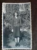 Tanara in uniforma, insigna svastica la reverul hainei