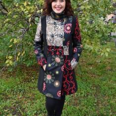 Palton deosebit de culoare neagra cu diferite tesaturi colorate - Palton dama