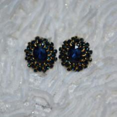 Cercei cu surub sau clips de forma ovala decorata cu cristale fine - Cercei Fashion