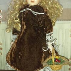 Papusa portelan Micuta Bethany-in ton cu toamna superba - Papusa de colectie