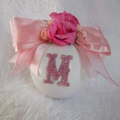 Ornament retro brad de Craciun glob cu roz si initiala glob alb personalizat NOU - Globuri brad