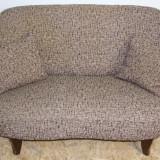 Canapea fixa din lemn masiv cu saltea pe arcuri; Sofa
