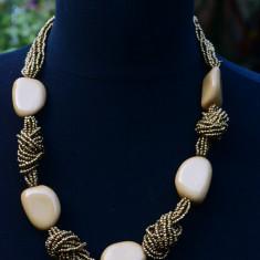 COLIER DE EFECT CU MARGELE MICI SI BILE MARI DIN PLASTIC CARE IMITA PIETRELE - Colier perle