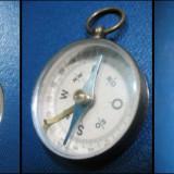 Busola veche mica din alama. Marimi 5 cm cu inel, diametrul 3.5 cm.